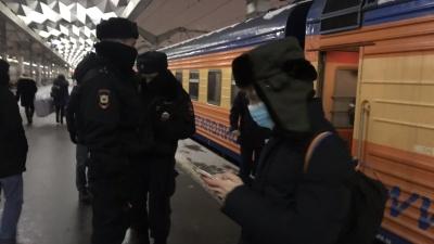 В ожидании прилета Навального во Внуково выставили забор и подогнали автозаки
