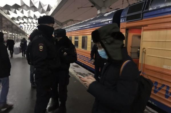 В Санкт-Петербурге активистов снимают с поездов и задерживают в аэропорту