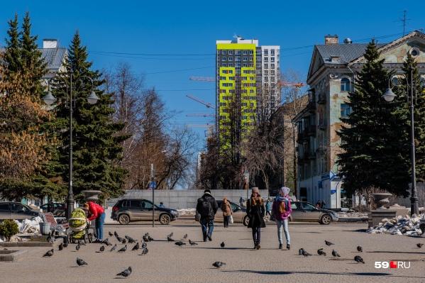 Гулять на свежем воздухе относительно безопасно, считают в Роспотребнадзоре. А вот от общения с большими компаниями санитарные врачи просят воздержаться