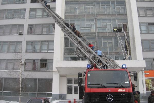 Студентам и педагогам пришлось выбираться из горящего здания по приставной лестнице