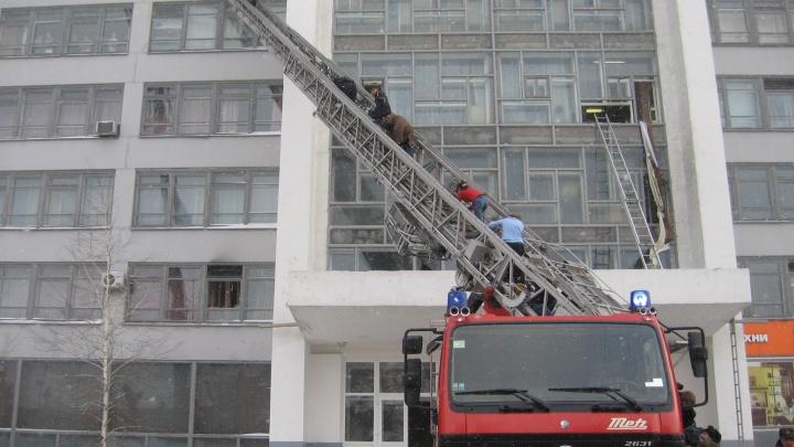 Омские пожарные вспомнили, как 13 лет назад загорелся колледж с почти 600 студентами внутри