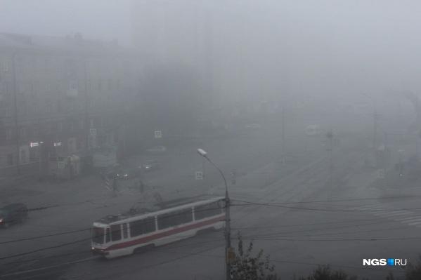 Трамвай въезжает в густой туман