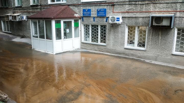 «Может неприятно пахнуть». В центре Уфы из-за засора канализации образовалась река