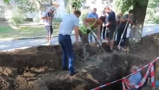 Азовчане вместе с кандидатом от КПРФ напали на археологов, решив, что те строят вышку 5G
