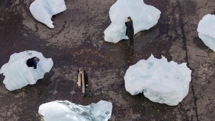 «Поторопитесь, а то растает!» Подростки создали арт-объекты изо льда и снега во дворе музея PERMM