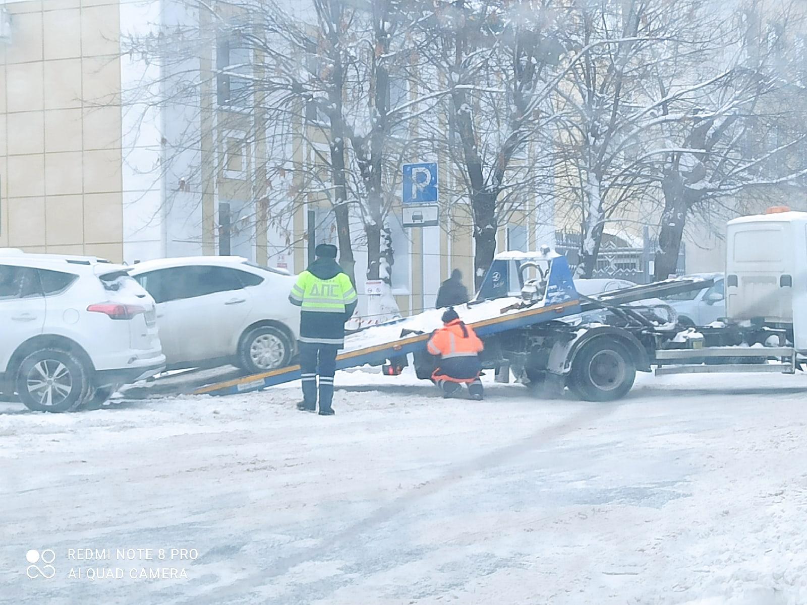 Автомобилисты, видя знак «Параллельная парковка», встали «елочкой». За это и поплатились