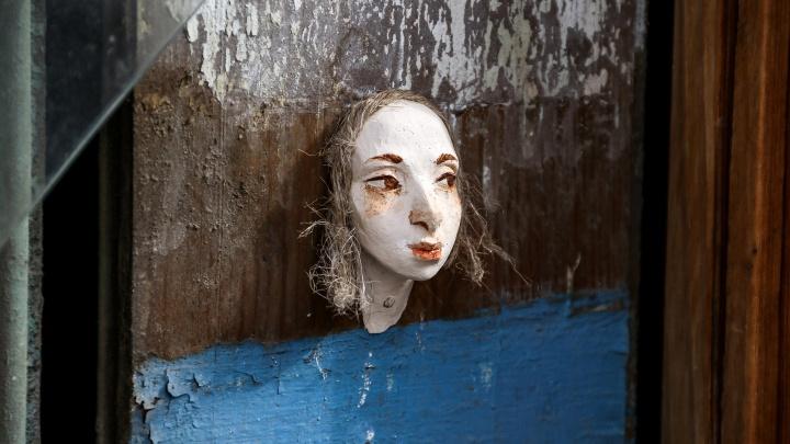 Кукольные головы на стенах. В Нижнем Новгороде появились странные стрит-арт-объекты