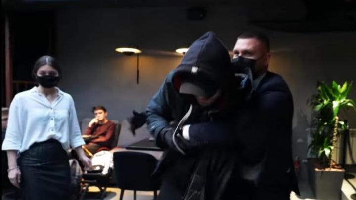 Известного рэпера из Уфы Моргенштерна скрутил охранник в собственном ресторане