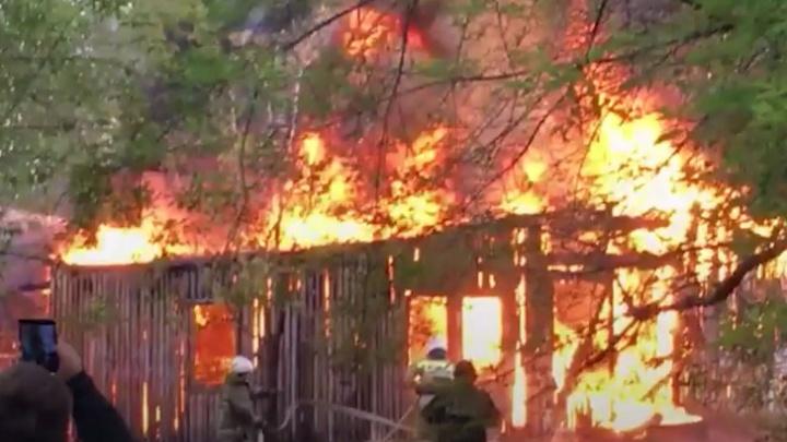 Уралмаш затянуло дымом из-за крупного пожара
