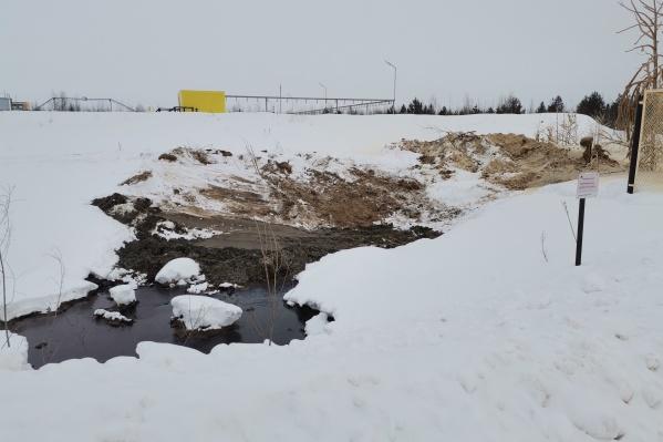 Жители района утверждают, что жидкость может преодолеть барьеры из грунта, которыми ее локализовали