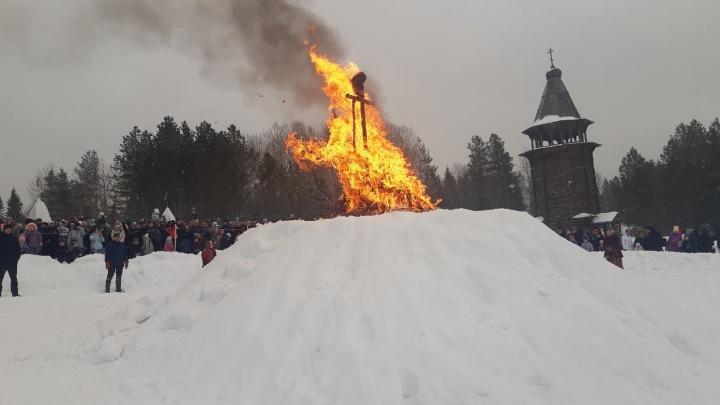 Огнем прогнали зиму: показываем, как в «Малых Корелах» сожгли чучело Масленицы