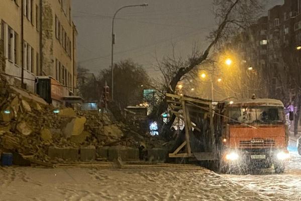 Стена здания, выходящая на улицу Декабристов, рухнула