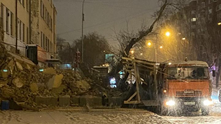 Стена ПРОМЭКТа обвалилась. Она рухнула прямо на дорогу и соседний киоск: видео
