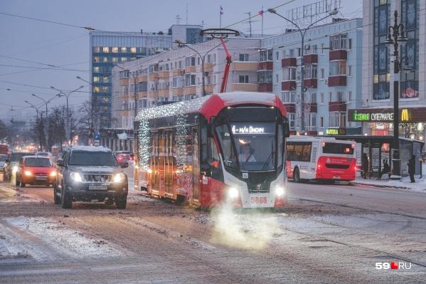 В праздники трамваи были украшены гирляндами