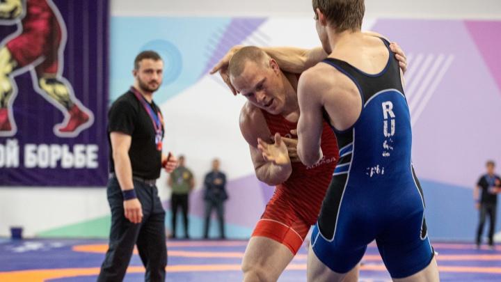 Спортсмены из 32 регионов приехали на турнир по греко-римской борьбе в Новосибирске — 10 фото с мужественными атлетами
