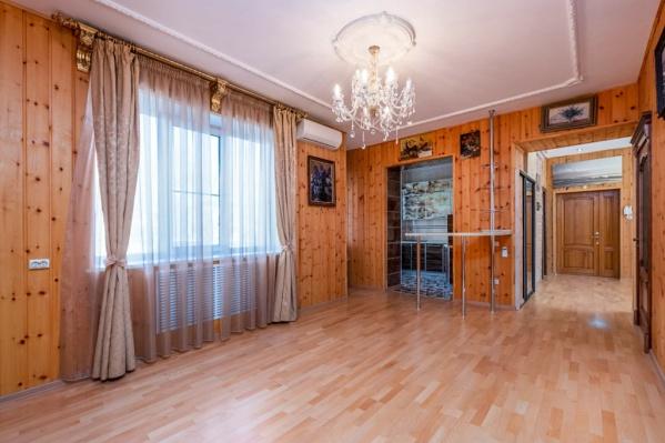 Квартира когда-то была четырехкомнатной, но хозяева решили увеличить площадь холла, избавившись от одной спальни