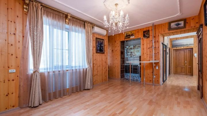 В центре Омска за 10миллионов продают квартиру. В ней каждая комната обшита деревом