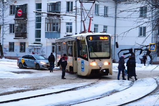 Из-за столкновения трамвая и легковушки произошла задержка общественного транспорта