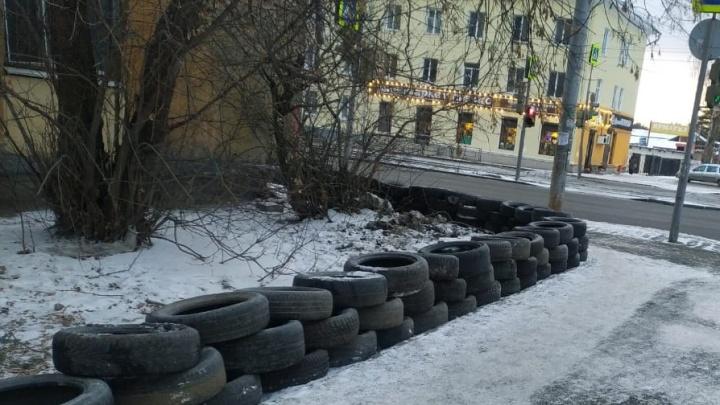 На Уралмаше жители построили баррикады из 70 старых покрышек, чтобы спастись от гряземесов