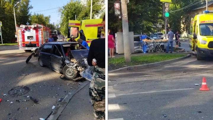 Летевший на красный ВАЗ протаранил «Тойоту» на перекрестке. Есть пострадавшие