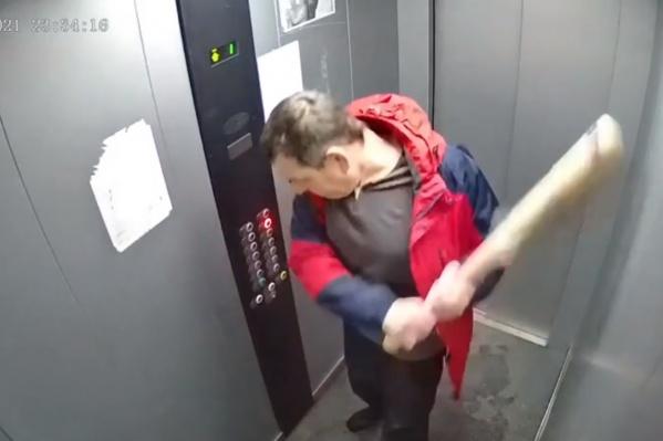 Житель дома разгромил лифт своего подъезда и спустился во двор