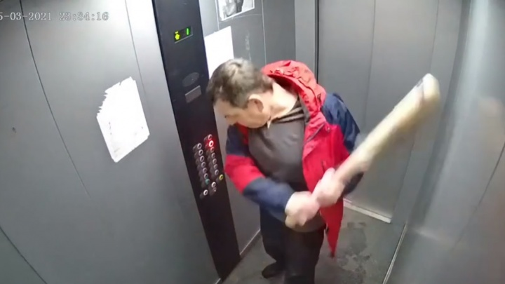 Красноярец разгромил битой лифт, затем сел в авто и протаранил припаркованную во дворе машину