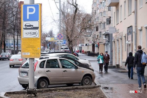 Сейчас час парковки в центре обходится автомобилистам в 20 рублей, но стоимость услуги планируют увеличить
