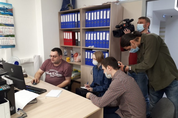 Специалист регоператора показывает журналистам работу автоматизированной системы «Управление отходами»