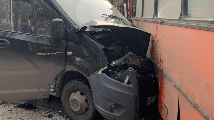 Два человека находятся в тяжелом состоянии после ДТП на улице Мирошникова