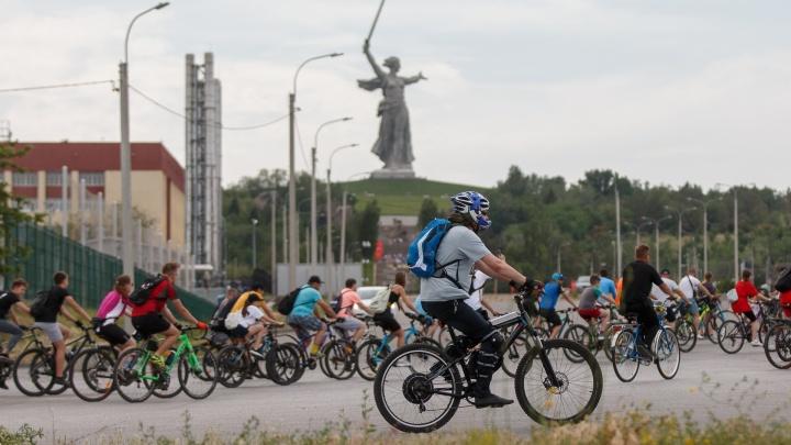 Пираты, феи цветов и любители ретро: по центру Волгограда прокатились сотни велосипедистов