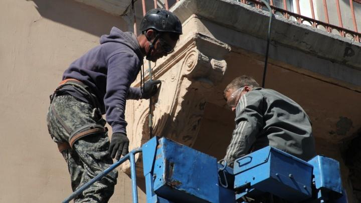 «Зачем ломать?»: краевед — о демонтаже кронштейнов с фасада «дома со шпилем»