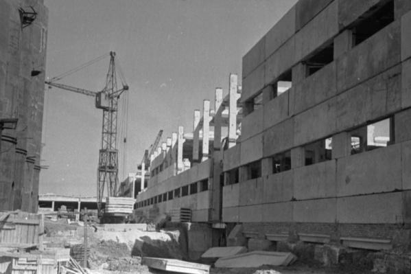 """Рабочие возвели главный корпус фабрики <nobr class=""""_"""">за 2,5 года</nobr>"""