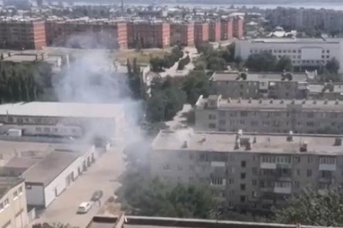 «Пожарные уехали, а дым так и валит»: в Волгограде загорелся жилой многоквартирный дом