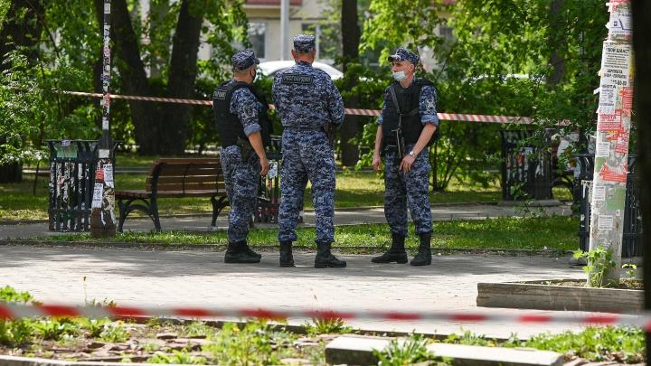 В Екатеринбурге мужчина с топором ходил по улице и грабил прохожих