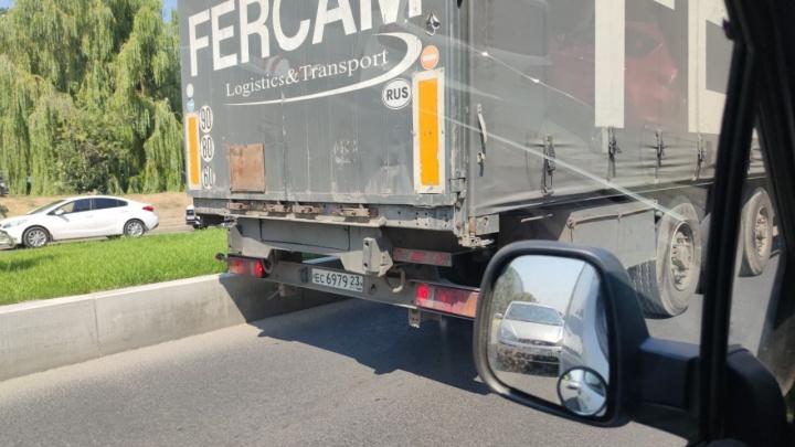 «Знаки? Нет, не видел»: на Нулевой продольной под пешеходным мостом едва не застрял грузовик