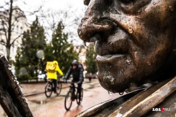 От дождей устал даже памятник скрипачу Моне