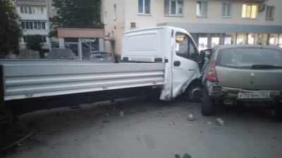 «Газель» и BMW после аварии протаранили крыльцо магазина в центре города
