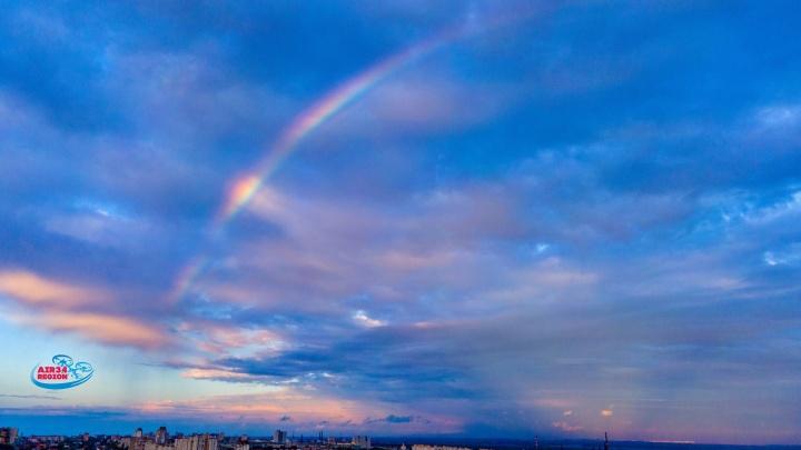 Разве в плохой день может быть такой закат? Волгоградец показал радугу над городом после дождя