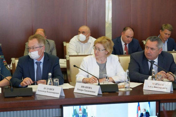 Чиновники должны привиться в срочном порядке, заявил глава Башкирии