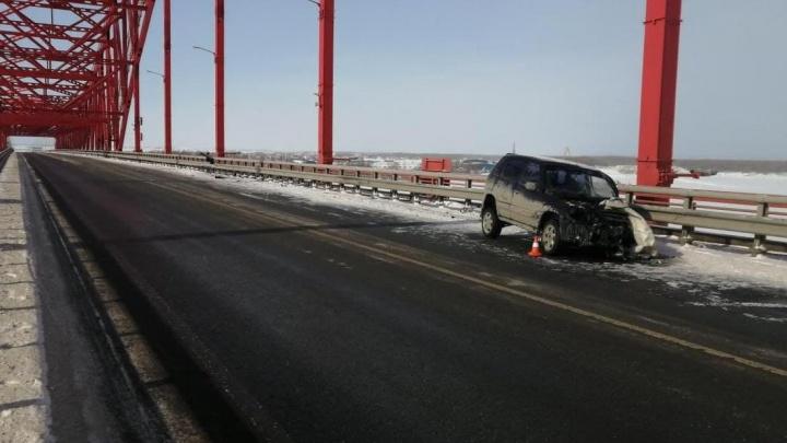 Водитель уснул и попал в ДТП на мосту Красный дракон в Ханты-Мансийске. Вот видео