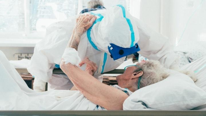 «Я теперь уколов не боюсь — мне их уже 106 раз сделали»: репортаж из омской ковидной больницы