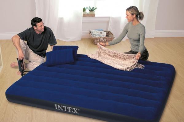 Если у вас до сих пор не стоит в загородном домике кровать мечты, то отличным вариантом станет надувная кровать от Intex или BestWay