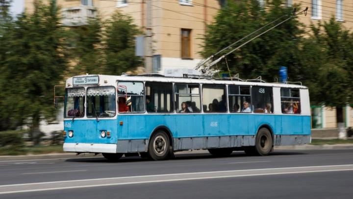 В центре Волгограда мужчина разбил голову, садясь в троллейбус