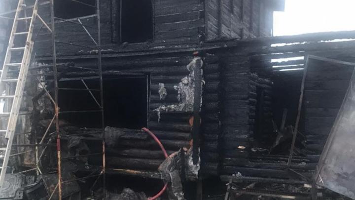 В сургутском дачном обществе «Виктория» сгорели двое детей. Публикуем фото и видео с места пожара