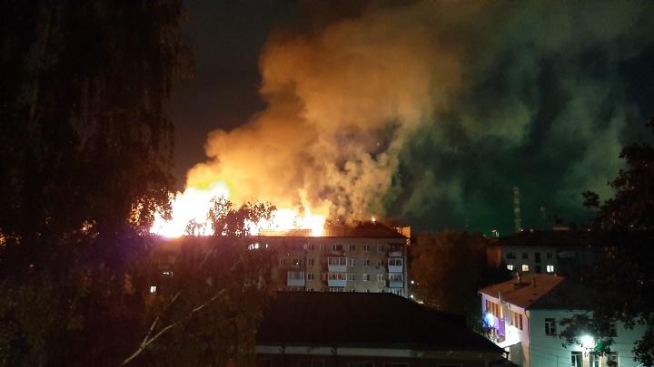 В центре Екатеринбурга полыхает пятиэтажка. Огонь охватил крышу здания