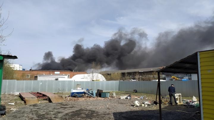 В Перми сгорел склад с пластиковыми стаканчиками. Видео с места ЧП