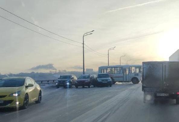 Массовое ДТП на Мызинском мосту. Пробки на проспекте Гагарина и улице Ларина