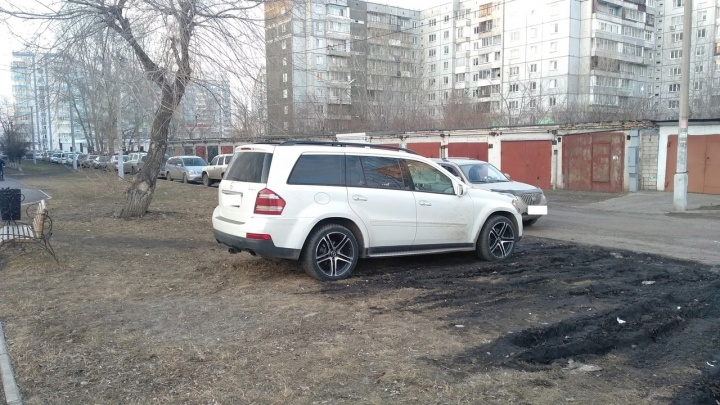 Парковка на газоне в Красноярске: в каком районе больше всего автохамов