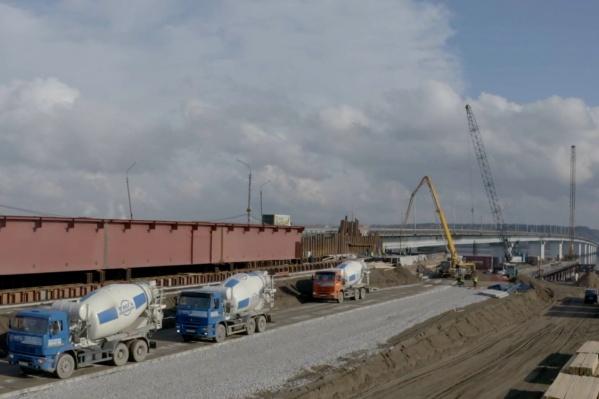 Сейчас на стройке делают бетонные площадки, по которым будет осуществляться надвижка металлических пролётных строений, по направлению друг к другу с обоих берегов реки
