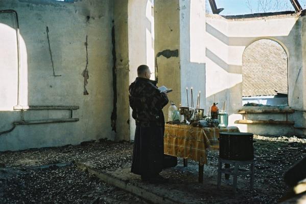 Служба в сожжённом храме в станице Ассиновская для остатков русского населения и военнослужащих (Чечня 2004 г.)